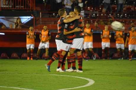 Jogadores do Atlético-GO comemoram gol na vitória diante da Ponte Preta