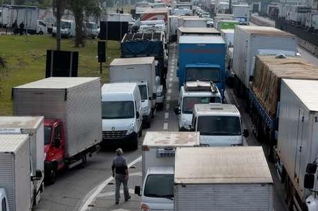 Caminhões parados na rodovia Régis Bittencourt durante a greve dos caminhoneiros contra os preços do diesel no fim de maio de 2018
