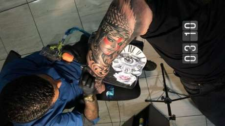 Tatuagem do rosto dePreta Gil.