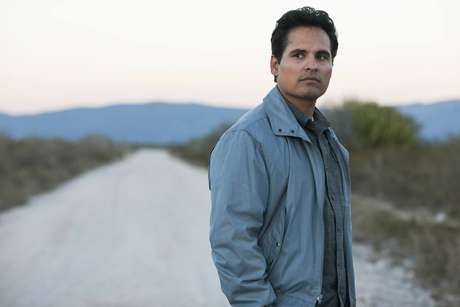 Michael Peña como o agente Kiki Camarena.