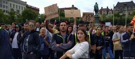 Manifestantes contrários ao partido ultradireitista SD protestam durante discurso de líder da legenda