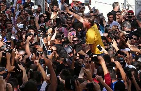 O candidato à Presidência da República pelo PSL, Jair Bolsonaro (de camiseta amarela), durante ato de campanha no Parque Halfeld, em frente à Câmara Municipal de Juiz de Fora (MG), nesta quinta-feira, 06. O presidenciável foi esfaqueado e levado para o hospital. O suspeito foi preso, segundo a Polícia Federal.