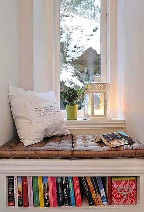 13. Cantinho da leitura planejado ao lado da janela com espaço para colocar livros – Foto: Pinterest