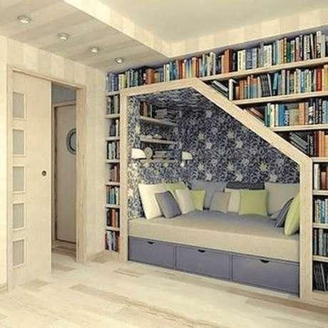 19. Cantinho da leitura com estante planejada – Foto: Futurist Architecture