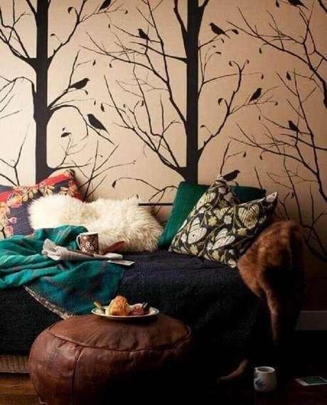 21. Cantinho de leitura decorado com adesivo de parede e puff redondo de couro – Foto: Pinterest
