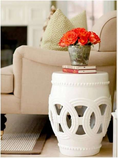 28. Decoração para cantinho da leitura na sala com garden seat e poltrona bege – Foto: Pinterest