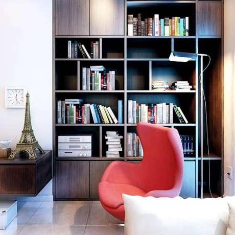 29. Decoração com estante planejada para cantinho da leitura com poltrona egg – Foto: V-Consultancy