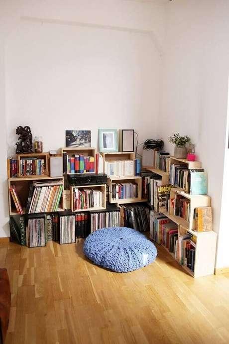 32. Decoração para cantinho de leitura simples com almofada redonda e caixotes de madeira para organizar livros – Foto Homedit