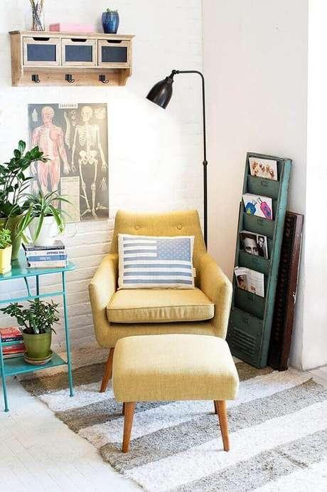 41. Decoração simples para cantinho da leitura com poltrona amarela e luminária preta de chão – Foto: Best Home Chair Decoration