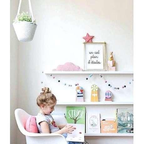 9. No cantinho da leitura para crianças procure sempre deixar os livros em uma altura que elas alcancem – Foto: Pinterest