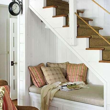 51. Decoração embaixo da escada com almofadas para cantinho da leitura – Foto: Ofpof