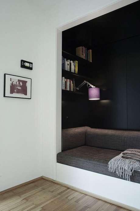 53. Decoração moderna com parede preta e luminária para cantinho da leitura – Foto: Busyboo