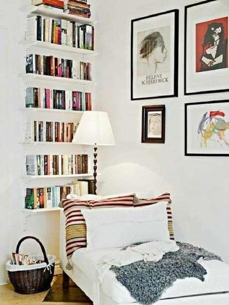 56. Cantinho da leitura decorado com quadros e prateleiras de livros – Foto: Pinterest