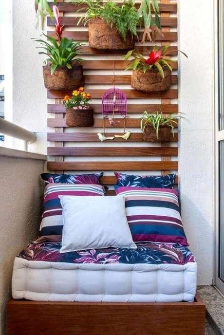 57. Decoração para cantinho da leitura na varanda com jardim vertical – Foto: Milena Aguiar