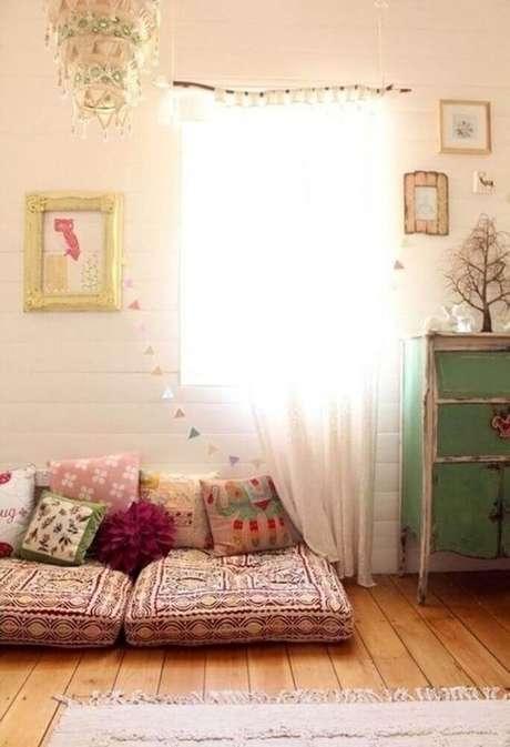 62. Decoração simples para cantinho da leitura no quarto com futon e almofadas – Foto: Pinterest