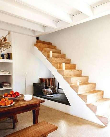 63. Decoração simples para cantinho de leitura embaixo da escada – Foto: L'astucerie