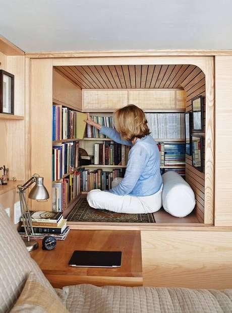 66. Espaço planejado em marcenaria para cantinho da leitura no quarto – Foto: Ponsio
