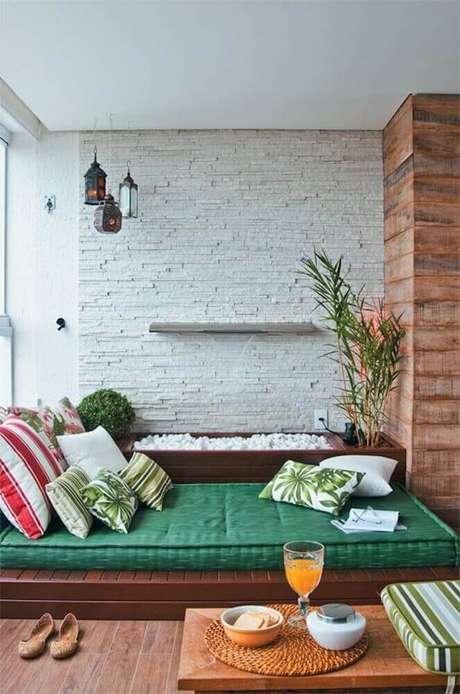 68. Futon e almofadas para cantinho da leitura na varanda – Foto: Casulo