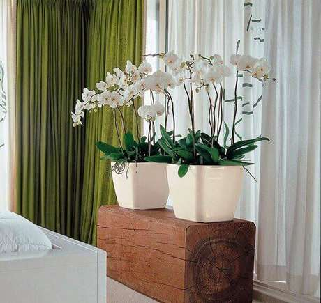 24 – Orquídeas artificiais decoram a sala.