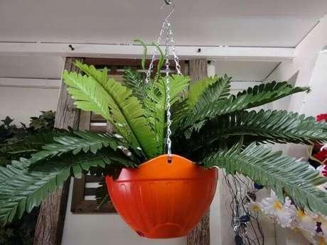 21 – Samambaia artificial em vaso laranja.