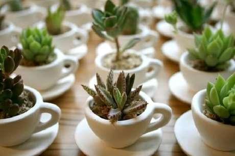 27 – Xícaras de café usadas como vasinho de planta.