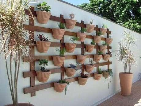 29 – Jardim vertical com vasos de plantas.