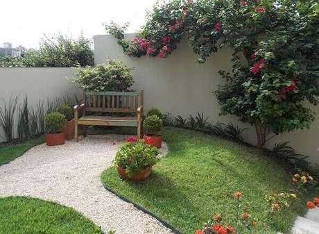 38 – Jardim externo com vasos de plantas.