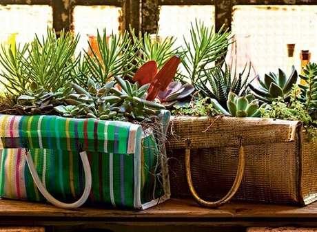 14 – Suculentas plantadas em sacolas para decoração rústica.