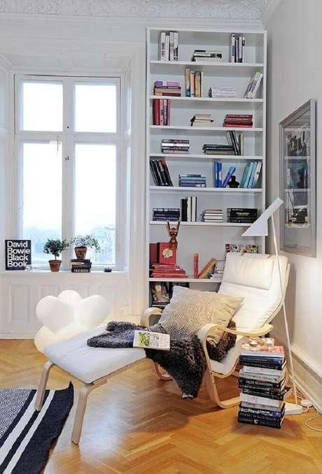 69. Poltrona branca e luminária moderna para decorar cantinho da leitura – Foto: Modelo Empreendimentos