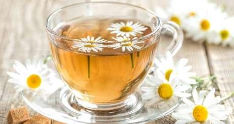 CHÁ DE CAMOMILA:  a camomila é uma das plantas conhecidas com efeito também relaxante que ajudam a acalmar para a hora de ir pra cama.  