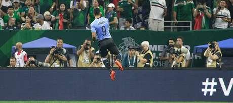 Suárez comemora um dos gols contra o México