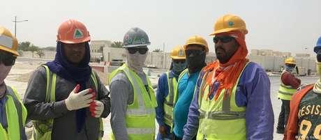 Operários estrangeiros no Catar enfrentam condições ruins de trabalho e moradia