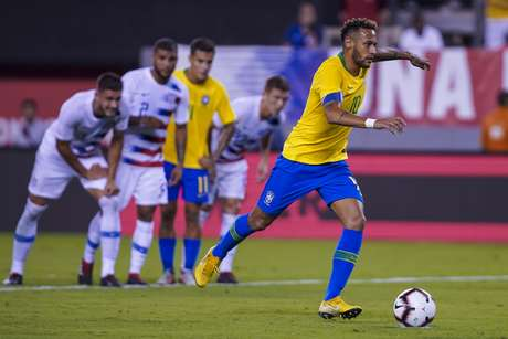 Neymar cobra pênalti na partida contra os Estados Unidos