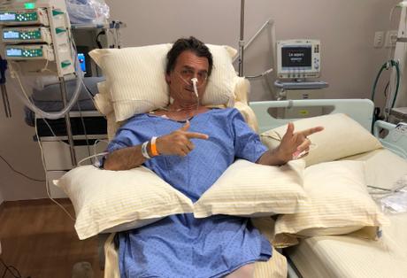 Bolsonaro simula arma com as mãos no hospital, em foto publicada por seu filho Flávio no Twitter