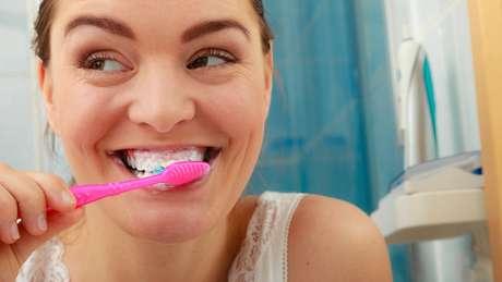 Boa higiene bucal, incluindo escovar a língua, é fundamental para prevenir doença