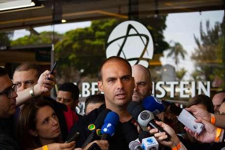 Eduardo Bolsonaro fala com jornalistas na porta do Hospital Albert Einstein