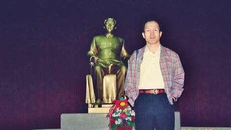 Park em frente a estátua de Kim Jong-il, em Pyongyang, em 1997: ele afirma que conheceu o então líder supremo da Coreia do Norte naquela época