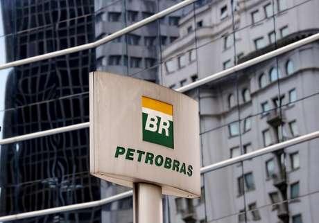Logo da Petrobras em frente a prédio da empresa em São Paulo  23/04/2015  REUTERS/Paulo Whitaker