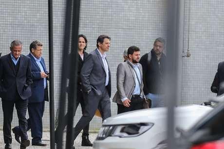 Fernando Haddad deixa a sede da Polícia Federal em Curitiba, onde o ex-presidente Lula está preso