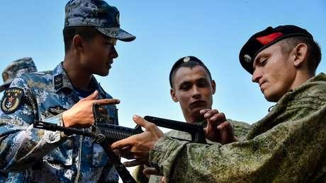 A infantaria naval chinesa e russa treinaram juntas no leste da Rússia no ano passado