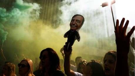 Manifestante levanta boneco que representa Jair Bolsonaro em São Paulo; em nova pesquisa Datafolha, candidato em PSL aparece na liderança