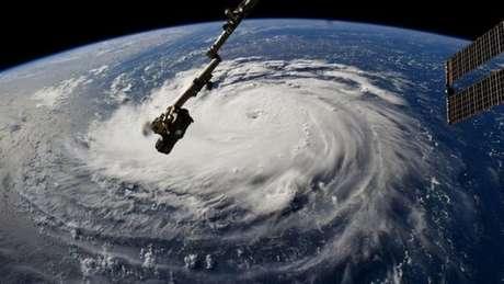 Imagem mostra a tempestada vista do espaço. A expectativa é que ela comece a tocar a terra a partir de quinta-feira