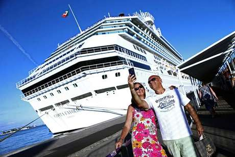 Turistas prestes a embarcar no Costa Favolosa, um dos navios da temporada