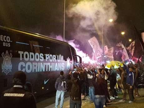 Torcedores organizados apoiam o time no aeroporto, antes do embarque para o Rio de Janeiro