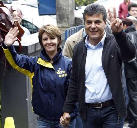 Beto Richa é candidato ao Senado pelo PSDB; na foto, é acompanhado por sua mulher, Fernanda Richa.