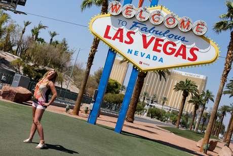Turistas posam em frente ao letreiro de bem-vindo a Las Vegas