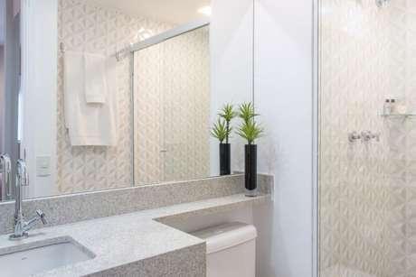 25. Banheiro simples e moderno com bancada de granito cinza. Projeto de Renata Romeiro