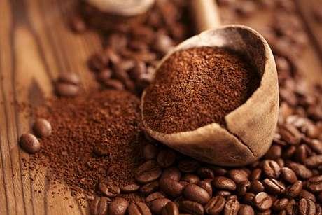 Colher de madeira com pó de café
