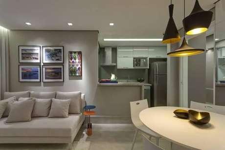 """26. Cozinha americana com balcão de granito combinando com a decoração """"clean"""". Projeto de Renata Basques"""