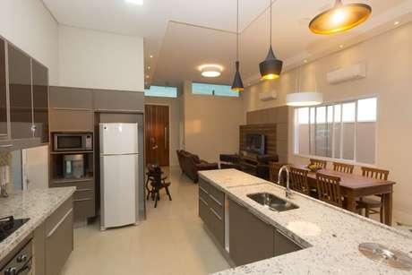 11. A cozinha com os armários cinzas combina bem com a bancada branca com pontos pretos. Projeto de Engenharia e Arquitetura